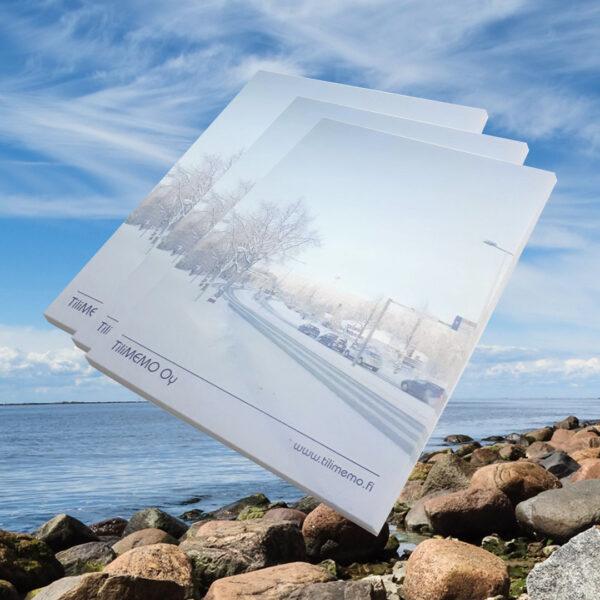 Kuopion Liikekirjapaino painaa liimasidotut mainosblokit. Kuvassa A5-kokoinen blokki, jossa 50 arkkia.