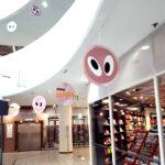 Kuopion Liikekirjapaino valmistaa myymäläroikot myymälöihin, tapahtumiin ja messuille. Kuvassa pyöreä roikko halkaisijaltaan 500 mm.