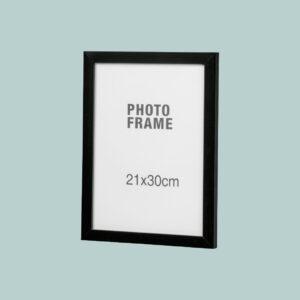 Kuopion Liikekirjapainosta tilaat kehykset valokuviin ja julisteisiin. Kuvassa 210x300 mm -kokoinen musta kehys.